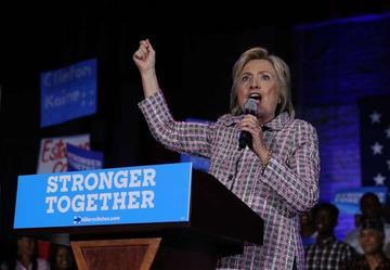 Clinton es elegida como primera candidata presidencial en EE.UU.