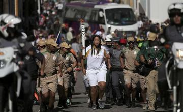 Manifestantes contra los JJ.OO. apagan la antorcha olímpica