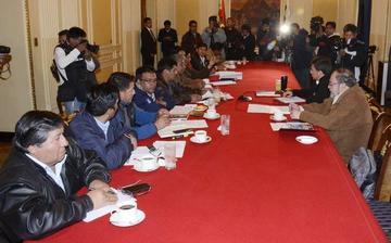El Gobierno y la COB acuerdan avanzar en comisiones de trabajo