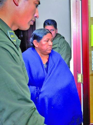 Nemesia Achacollo es trasladada a la cárcel paceña de Miraflores