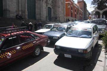 Vecinos denuncian que taxistas cobran hasta Bs 25 por un viaje