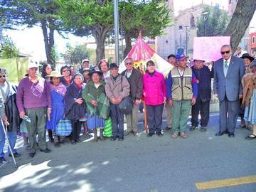 Adultos mayores marchan en defensa de sus derechos