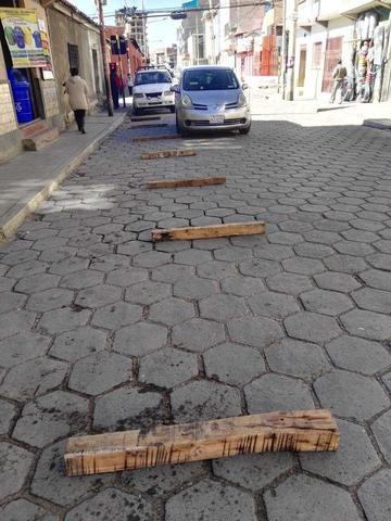 Ponen maderas en la calle Chayanta y la obstaculizan