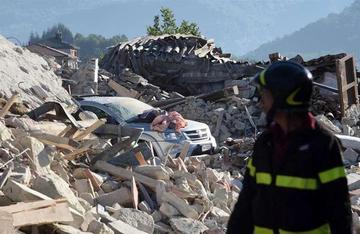 Ya hay 250 muertos por el sismo en Italia y se registran más daños