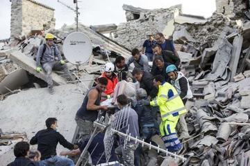 Equipos de rescate de Italia siguen búsqueda tras sismo