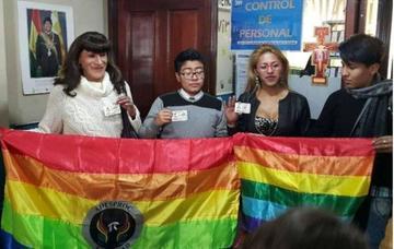 Personas transgénero reciben su cédula con el cambio de identidad