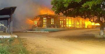 Edificio histórico en el Beni es consumido por el fuego