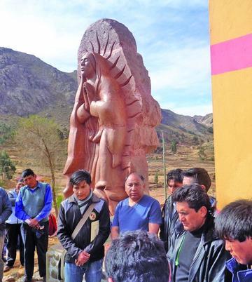Escultor modela estatua de Guadalupe en Quivi Quivi
