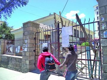 Alumnos de Ciencias Puras cierran edificio de la UATF
