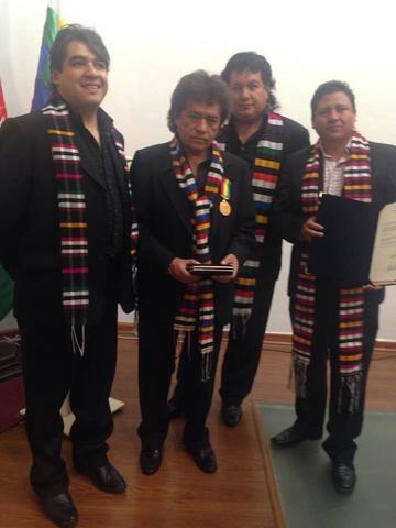 Senado condecora al  grupo Savia Andina
