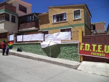 Maestros urbanos toman Dirección Distrital en rechazo al reordenamiento