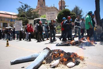 Trabajadores de Karachipampa  queman muñecos de los cívicos