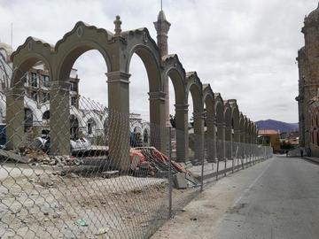 Empresa retira calaminas de la plaza 6 de Agosto