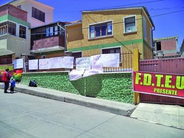 Maestros urbanos mantienen toma del edificio de la dirección distrital