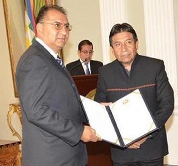 Exgobernador de Oruro jura como nuevo embajador