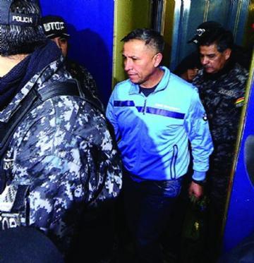 Exjefe policial niega haber estado armado en lío de cooperativistas