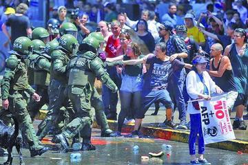 Marcha exige el fin del sistema privado de pensiones en Chile