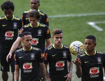 Tite ensaya con un tridente en el ataque de Brasil