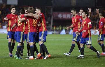 España golea a Macedonia