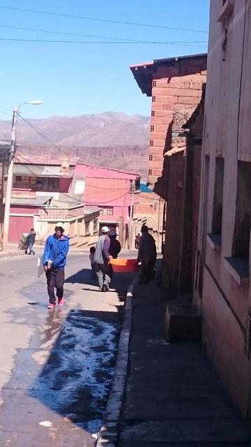 La gobernación distribuye agua a la zona alta de Potosí