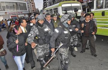 El Alto: retienen a funcionarios y los liberan en operación policial