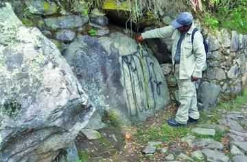 Buscan al turista que pintó grafitis en el Machu Picchu