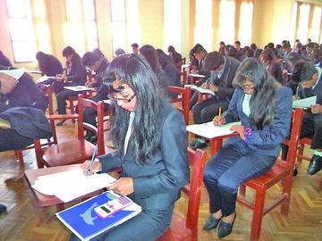 Cerca de 3 mil postulantes a la UATF rinden examen de ingreso
