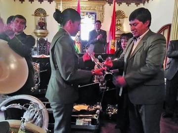 Por primera vez entregan instrumentos a la banda de músicos de la Policía