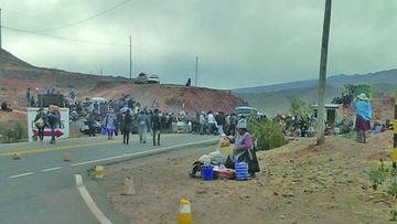 Comunarios bloquean el camino Potosí-Sucre y alcalde cita a reunión