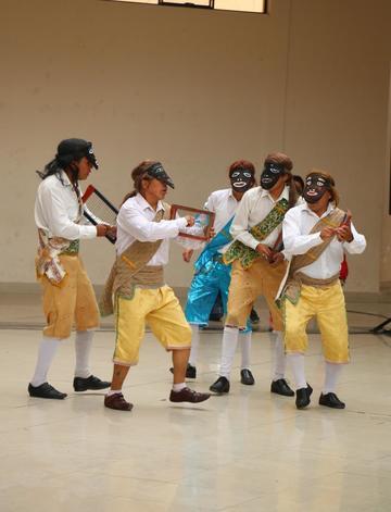 Jóvenes y niños bailan villancicos en concurso