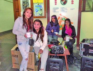 Alumnos de Derecho regalan juguetes a los niños del centro de Cantumarca