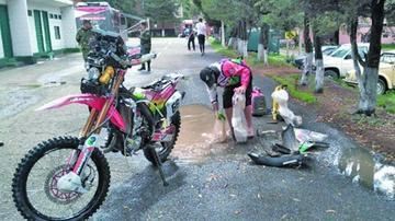 Nosiglia Jr. lava su bólido con el agua de la lluvia
