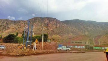 Trabajadores despejan todo tipo de obstáculo de la carretera hacia Oruro