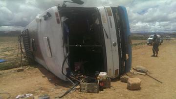 Un microbús vuelca con 35 pasajeros abordo en la carretera hacia Sucre