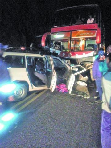 Primer accidente del año causa 2 muertos por choque de autos