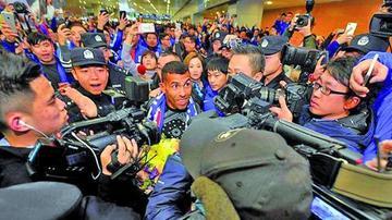 Una multitud recibe a Tévez en Shanghai