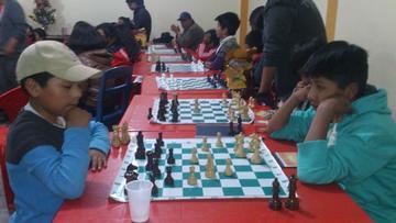 Más de 50 jugadores participan en el torneo local de ajedrez