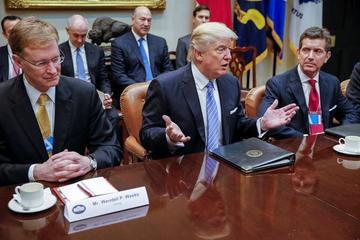 Trump firma orden para sacar a  EE.UU. del pacto comercial TPP