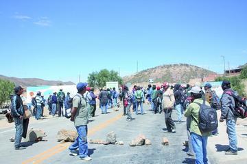 Comunarios bloquean camino contra contaminación minera