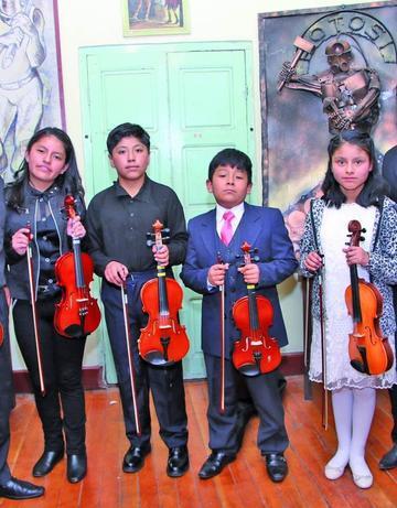 Demuestran talentos musicales de un curso