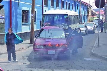 Vecinos ayudan apagar incendio de auto