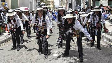 Bailarines de 52 grupos participan en último convite del Carnaval de Oruro