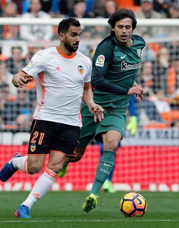 Valencia gana a Athletic y se aleja del descenso