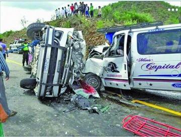 Cinco personas mueren en una colisión entre minibuses