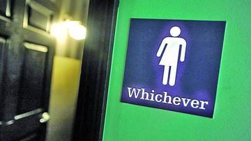 Anulan norma que permitía a transexuales elegir baño