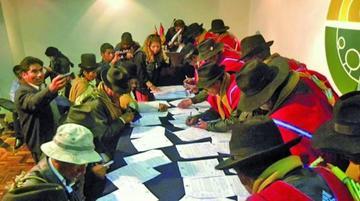 Achacachi: los Ponchos Rojos y vecinos firman un acuerdo