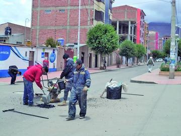 Funcionarios de alcaldía comienzan con bacheo el Prado Potosino