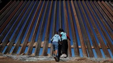 EE.UU. evalúa separar a niños indocumentados de sus padres