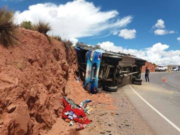Vuelco de bus deja 15 personas heridas en la vía Potosí - Oruro