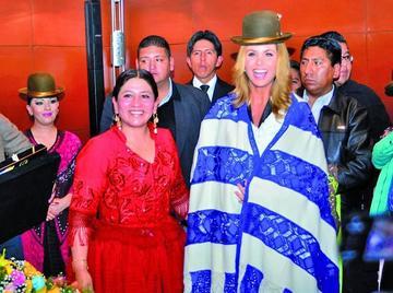 Vestimenta de la chola paceña agrada a la cantante mexicana Lucero